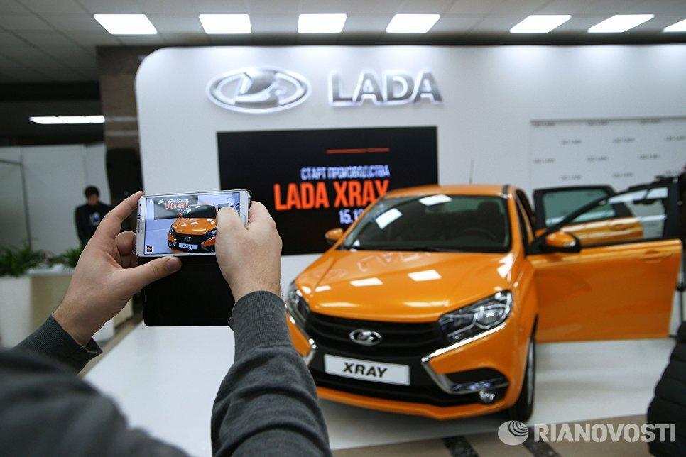 Автомобиль новой модели АвтоВАЗа LADA X-Ray на торжественной церемонии запуска производства в Самаре