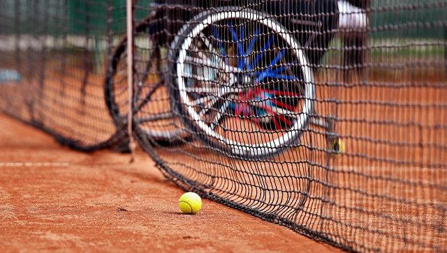 Инвалидное кресло на теннисном корте. Архивное фото