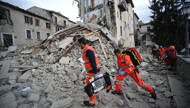 Спасатели на месте землетрясения в итальянском Аматриче. 24 августа 2016