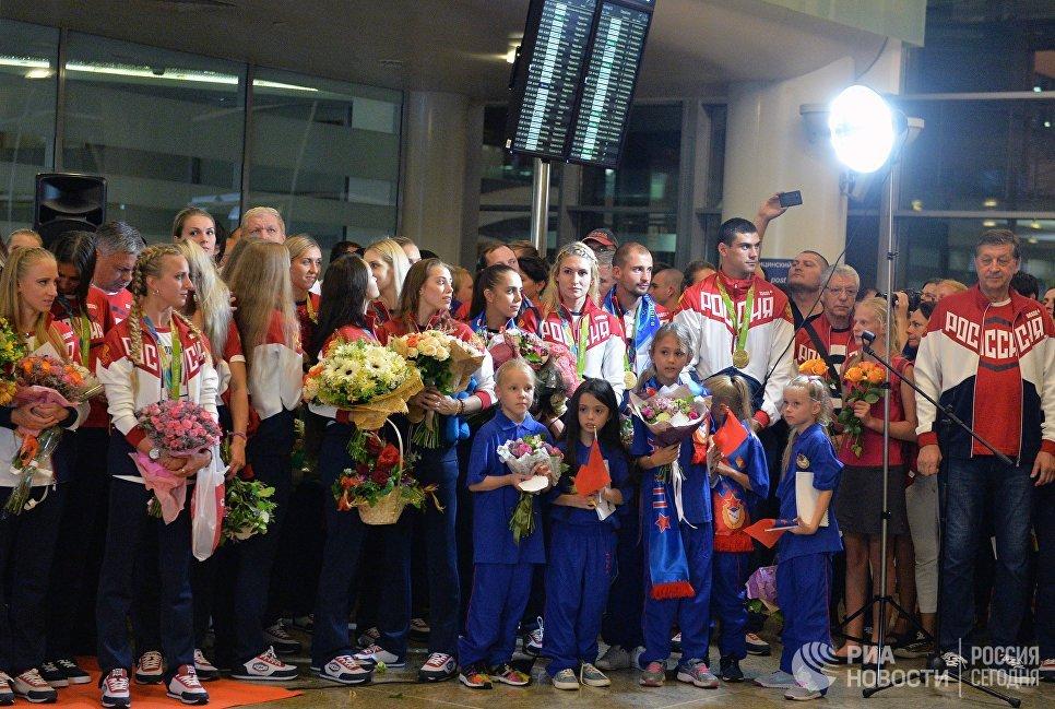 Члены олимпийской сборной России во время церемонии встречи в аэропорту Шереметьево