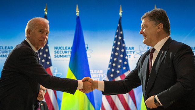 Президент Украины Петр Порошенко и вице-президент США Джозеф Байден во время встречи в Вашингтоне. Архивное фото