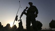 Военные на месте взрыва у американского университета в Кабуле. Архивное фото