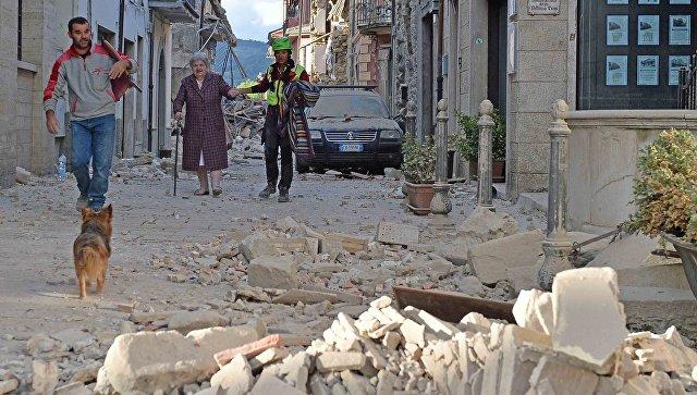 Люди на одной из улиц города Аматриче