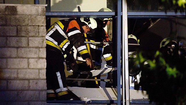 Полиция и пожарные на месте взрыва у спортивного центра в городе Шиме на юго-западе Бельгии