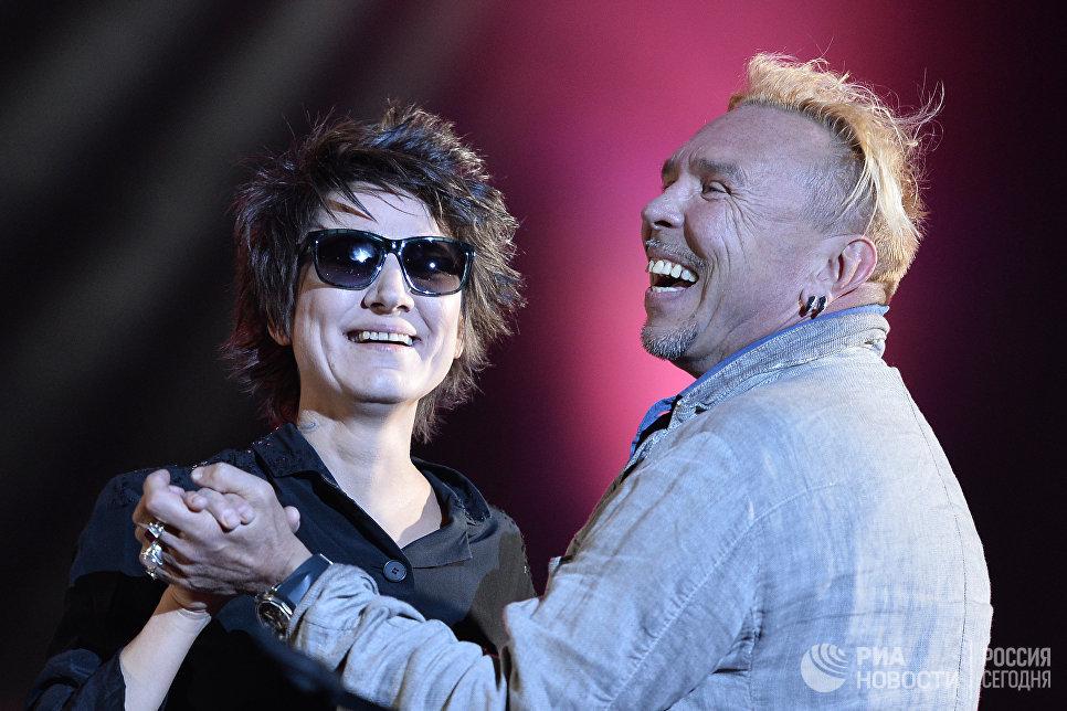 Певцы Земфира и Гарик Сукачев на концерте Близкие города, близкие люди