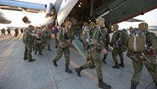 Военнослужащие во время загрузки в военно-транспортный самолет Ил-76. Архивное фото