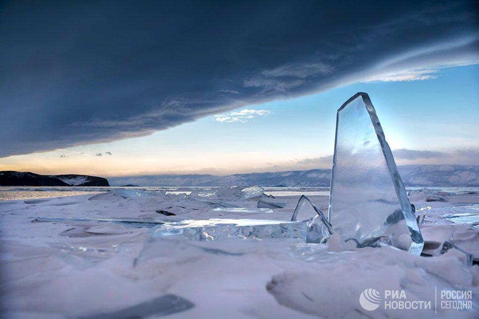 Торос на фоне штормовых облаков на озере Байкал