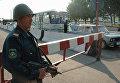 Сотрудник правоохранительных органов Узбекистана на КПП в Ташкенте