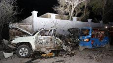 Место взрыва заминированного автомобиля у ресторана в столице Сомали Могадишо. 25 августа 2016