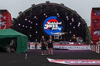 Волонтеры запускают коптер у главной сцены накануне начала Международного джазового фестиваля Koktebel Jazz Party в Крыму
