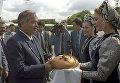 Президента Узбекистана Ислама Каримова, прибывшего на встречу глав государств СНГ, в московском аэропорту встречают хлебом-солью