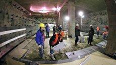 Рабочие во время строительства станции метро Раменки