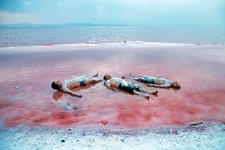 Иранцы во время отдыха на соленом озере Урмия на северо-западе страны