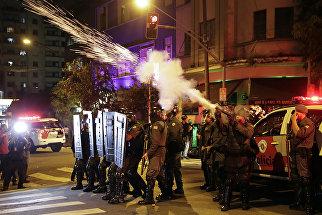 Полиция выпускает слезоточивый газ во время акции протеста сторонников Дилмы Роусефф, Сан-Паулу. Бразилия, август 2016