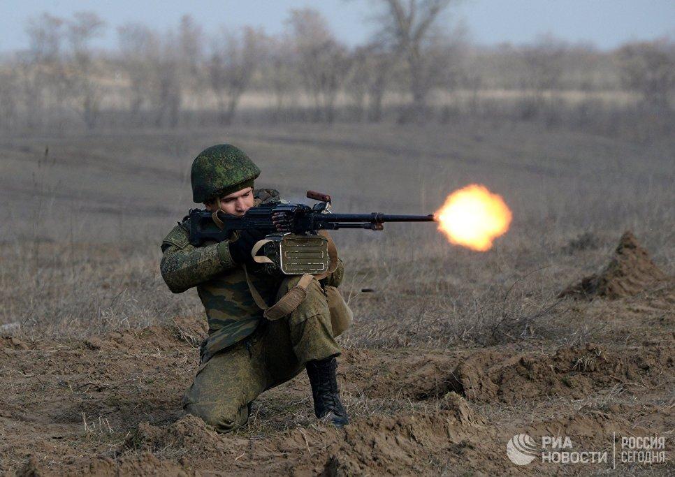Военнослужащий во время учений мотострелковых войск 58-й общевойсковой армии ЮВО на полигоне Серноводский