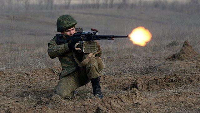 Военнослужащий во время учений мотострелковых войск. Архивное фото