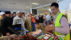 Российские паломники, отправляющиеся на хадж в Саудовскую Аравию получают паспорта в аэропорту Казани