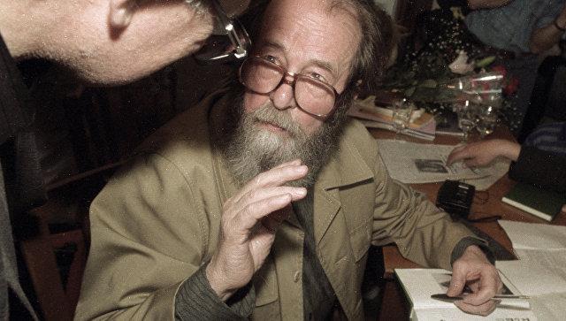 Писатель А. Солженицын отвечает на вопросы слушателей