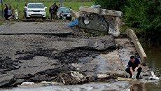Разрушенный после тайфуна Лайонрок мост у села Кроуновка Приморского края