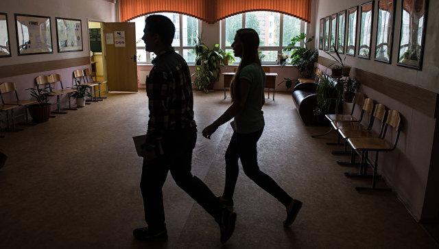 Учащиеся в коридоре школы. Архивное фото