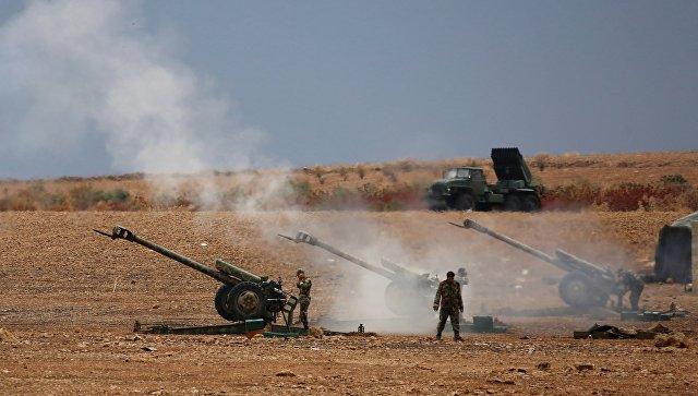 Военнослужащие сирийской армии ведут артиллерийский обстрел позиций боевиков на севере сирийской провинции Хама. Архивное фото