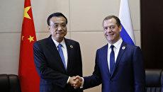 Председатель правительства РФ Дмитрий Медведев (справа) и премьер Государственного совета КНР Ли Кэцян. Архивное фото