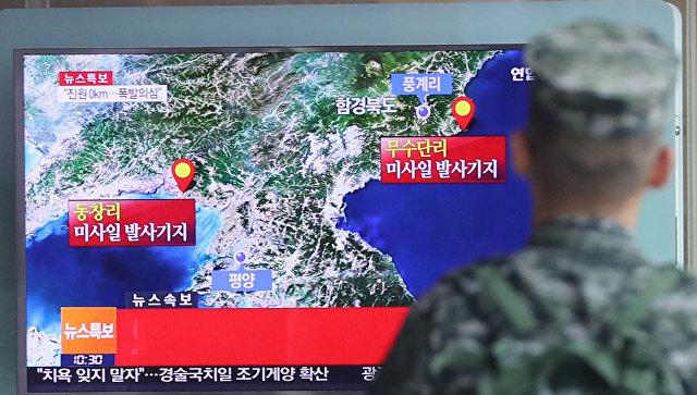 Южнокорейский солдат смотрит новости о сейсмособытии в КНДР. 9 сентября 2016