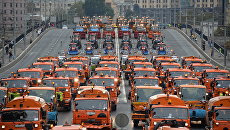 Автомобили ГБУ Автомобильные дороги города Москвы во время Первого московского парада городской техники