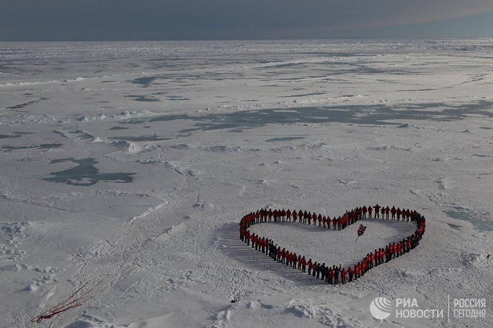 Туристы на географическом Северном полюсе