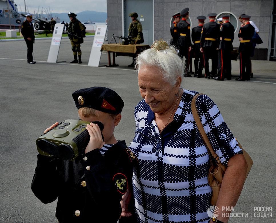 Воспитанник военно-патриотического клуба с бабушкой на церемонии открытия Международного военно-технического форума АРМИЯ-2016 во Владивостоке