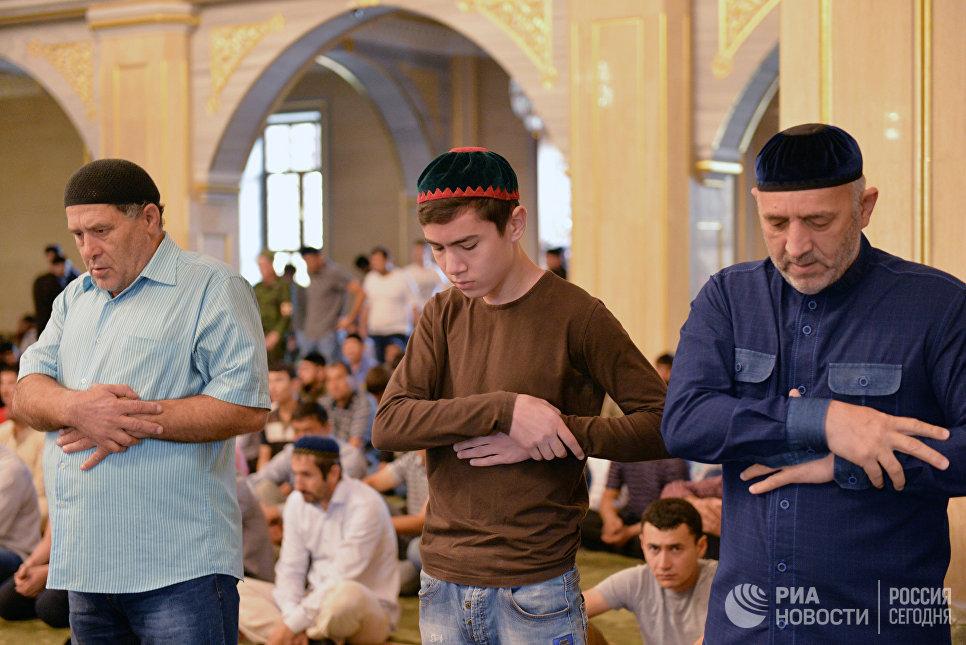 Мусульмане в день праздника жертвоприношения Курбан-Байрам в центральной мечети имени Ахмата Кадырова в Грозном