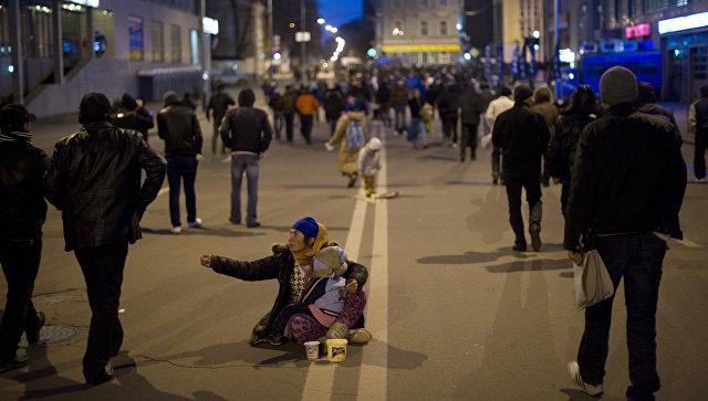 Цыганка с детьми на улице в Москве