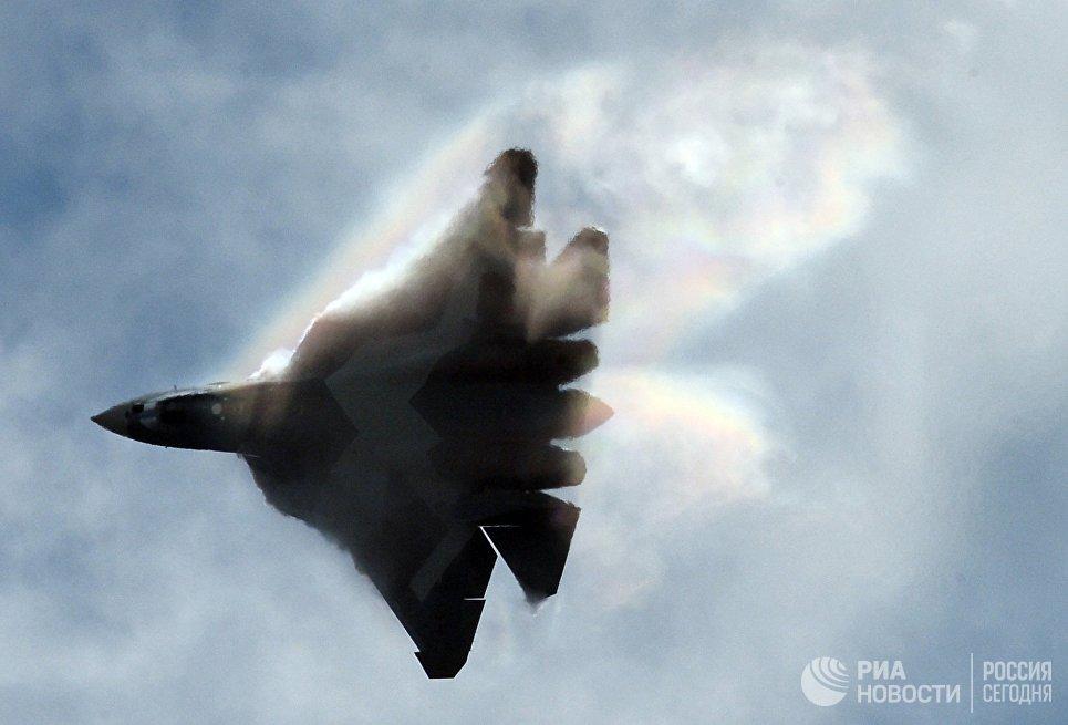 Самолет Т-50 во время выступления на Международном авиационно-космическом салоне МАКС-2015