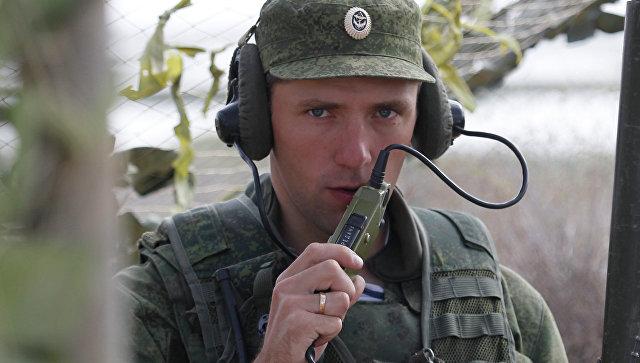 Российский военнослужащий выходит на связь . Архивное фото