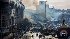 Дым от пожаров и сторонники оппозиции на площади Независимости в Киеве, где начались столкновения митингующих и сотрудников милиции. 2014 год. Архивное фото