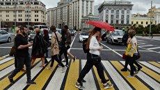 Пешеходы на Театральном проезде в Москве. Архивное фото