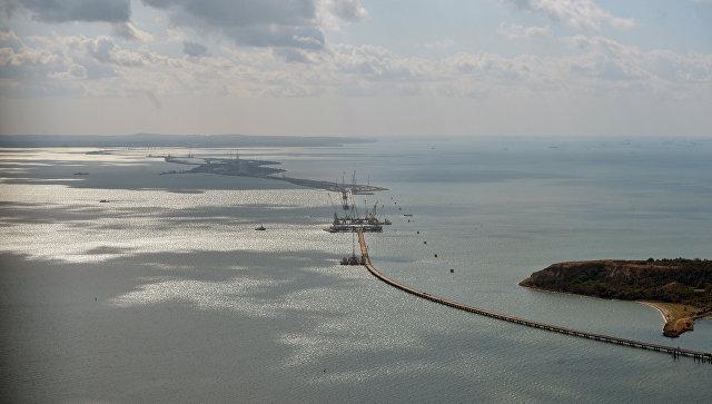 Медведев признал, что РФ тяжело тянуть мост вКрым