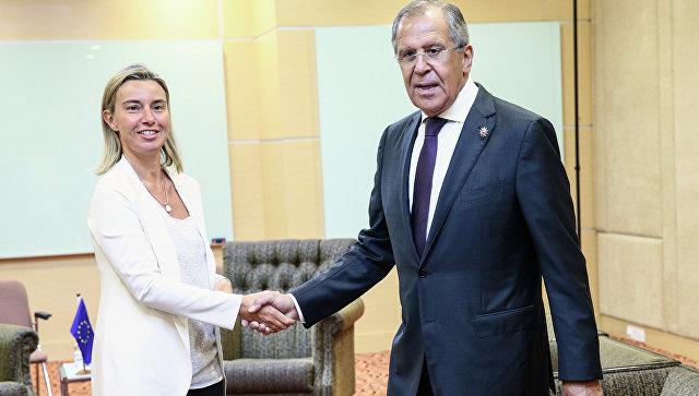 Министр иностранных дел России Сергей Лавров (справа), верховный представитель ЕС по иностранным делам и политике безопасности Федерика Могерини. Архивное фото