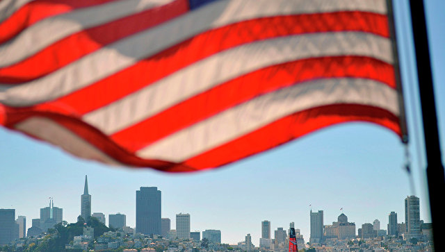 Флаг США на фоне панорамы Сан-Франциско. Архивное фото