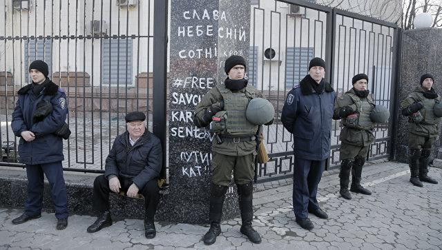 Полиция возле здания посольства России в Киеве, Украина. 8 марта 2016
