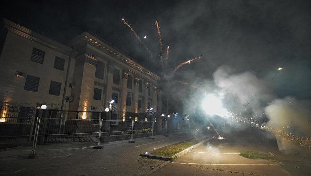 В Киеве неизвестные обстреляли фейерверками посольство России