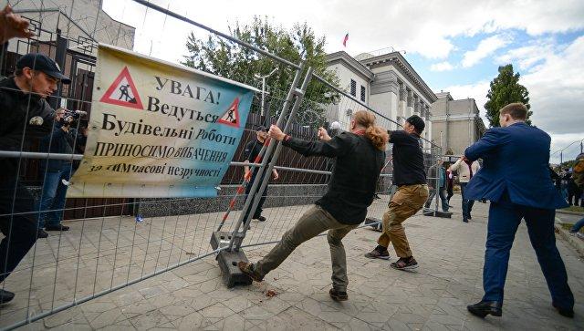 Акции протеста у российких диппредставительств на Украине