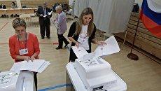 Члены участковой избирательной комиссии № 1331 в Екатеринбурге во время подсчета голосов после окончания единого дня голосования. Архивное фото