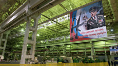 Плакат с портретом конструктора - оружейника Михаила Калашникова в цехе предприятия ОАО Концерн Калашников в Ижевске