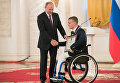Владимир Путин и спортсмен Андрей Граничка во время встречи в Кремле с паралимпийской сборной России. 19 сентября 2016
