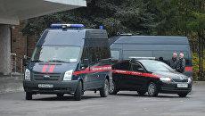 Машины Следственного комитета у здания городской администрации подмосковного Красногорска