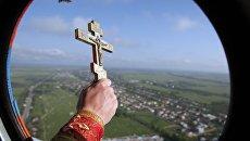 Священник на вертолете МЧС. Архивное фото