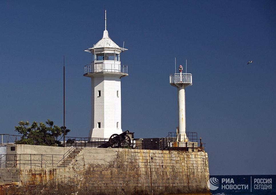 Маяк морского торгового порта в Ялте