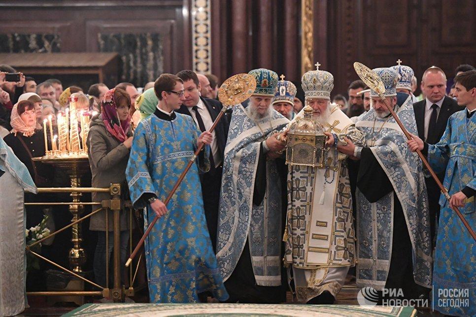Патриарх Московский и всея Руси Кирилл во время богослужения в честь прибытия мощей святого Силуана Афонского