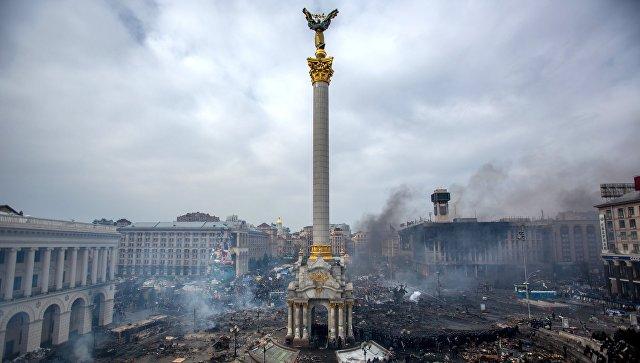 Дым от пожаров и сторонники оппозиции на площади Независимости в Киеве. Архивное фото